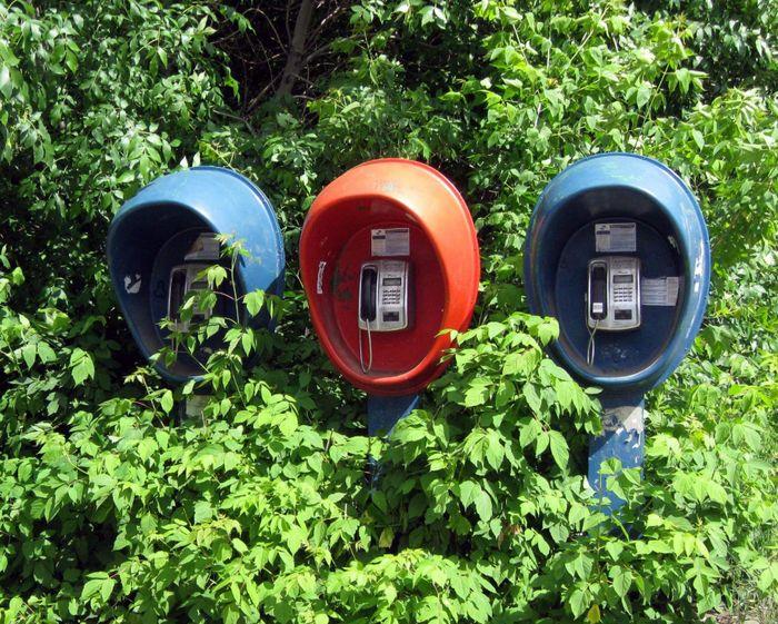 Уличные телефоны на улице Кирова.  2011 год. Фото: Александр Мухачёв.