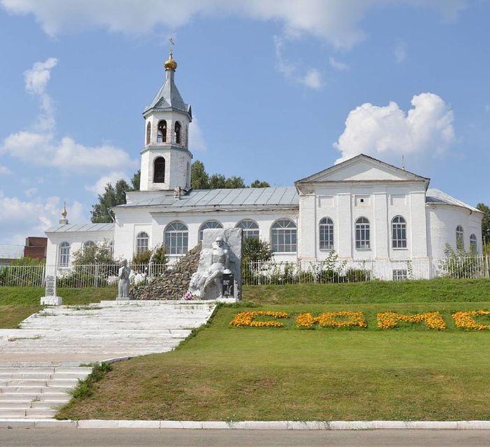 """Памятник """"Они сражались за Родину"""". За ним Сретенская церковь. Сюмси. 2015 год."""