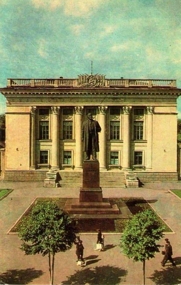 Памятник В.И.Ленину в Ижевске.