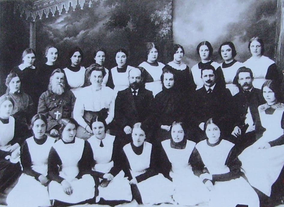 Гимназистки и преподаватели Ижевской женской гимназии.
