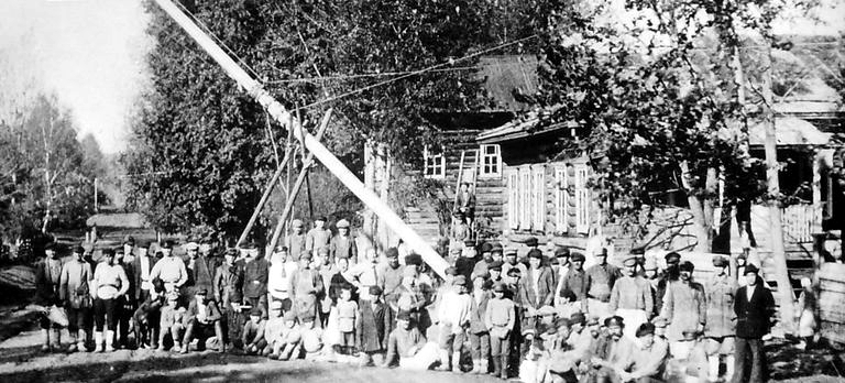Установка радиомачты в деревне. Шарканский р-н, 1920 гг.