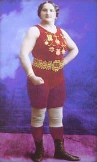Фрида Дамберг - борец цирковой французской борьбы.