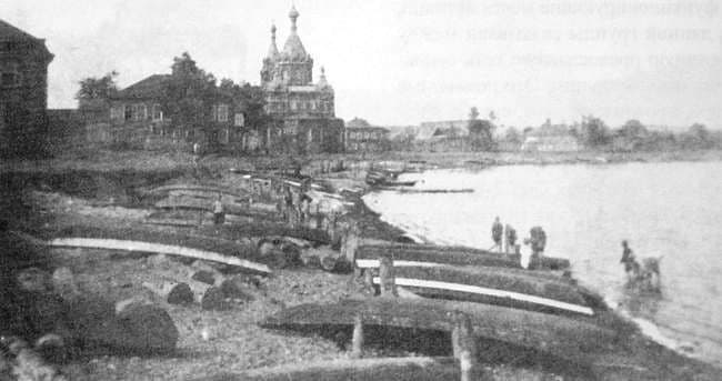 Панорама западного берега Воткинского пруда с храмом Ильи Пророка (1902), уничтоженного в 1933 году.