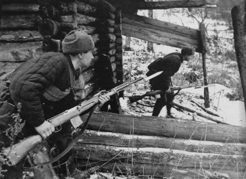 Бойцы народного ополчения с СВТ-40 во время битвы за Москву. 1941 год.