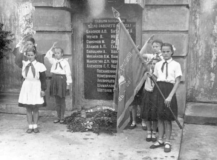 Группа юных пионеров у памятника павшим борцам революции на Красной площади Ижевска, возложение венка.
