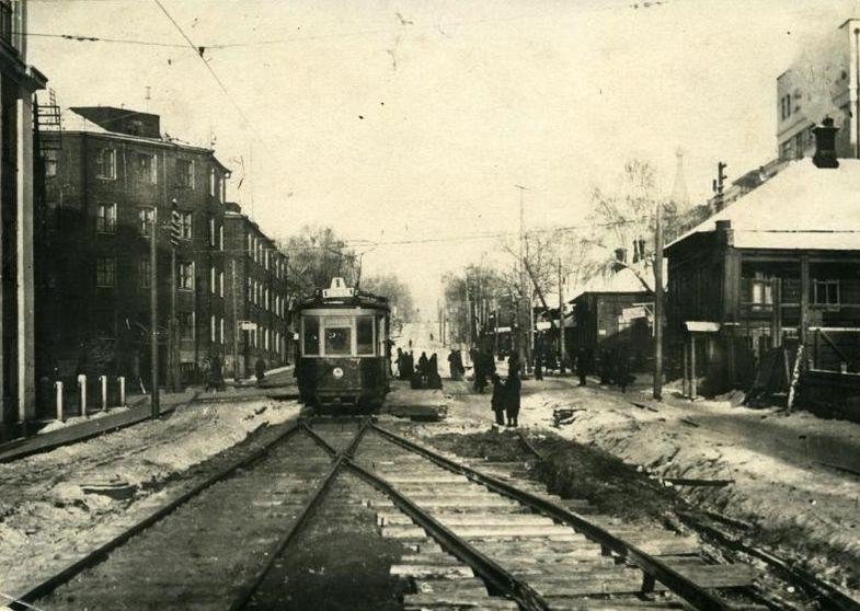 Трамвай на перекрестке улиц Карла Маркса и Советская. Слева дом Карла Маркса 177. 30-е годы. Ижевск.