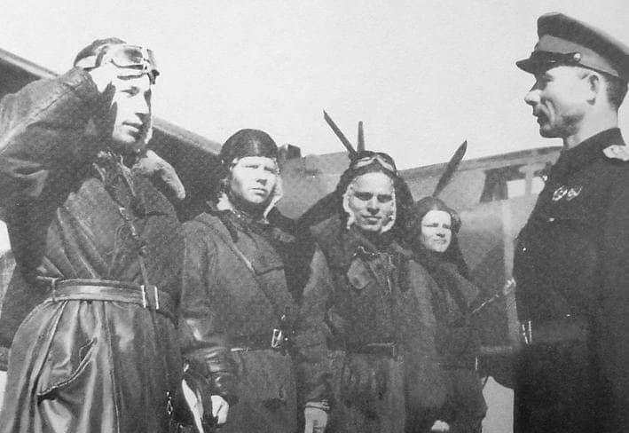 Экипаж самолёта. Евдокимов Г.П. слева второй. 1943 г. Апрель.