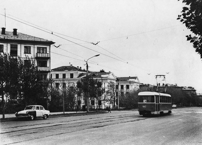 Трамвай маршрут №3 на ул. Ленина. Улица Ленина 68,  училища №3. Примерно 1980 год. Фото из архива ИжГЭТ. Ижевск.