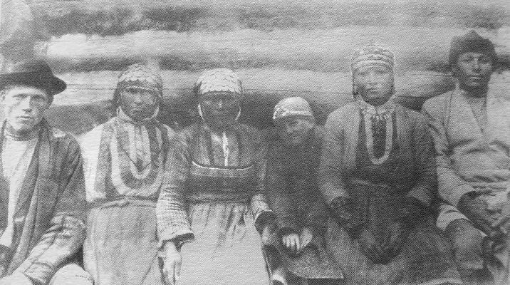 Группа бесермян в повседневной одежде. Глазовский уезд., дер. Шамардан. 1906 г. Удмуртская народная одежда.