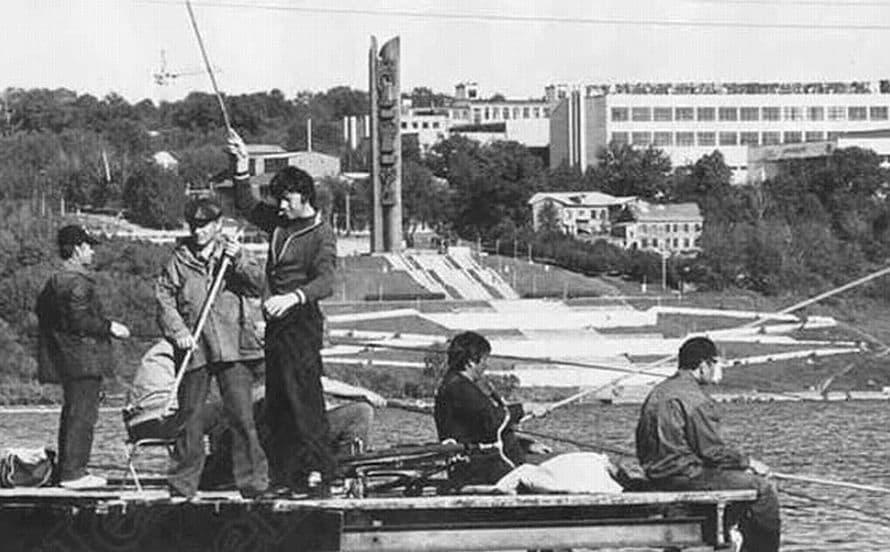 Монумент Дружбы Народов. Рыбаки на ижевском пруду, лето 1999 года. Фото ЦДНИ УР.