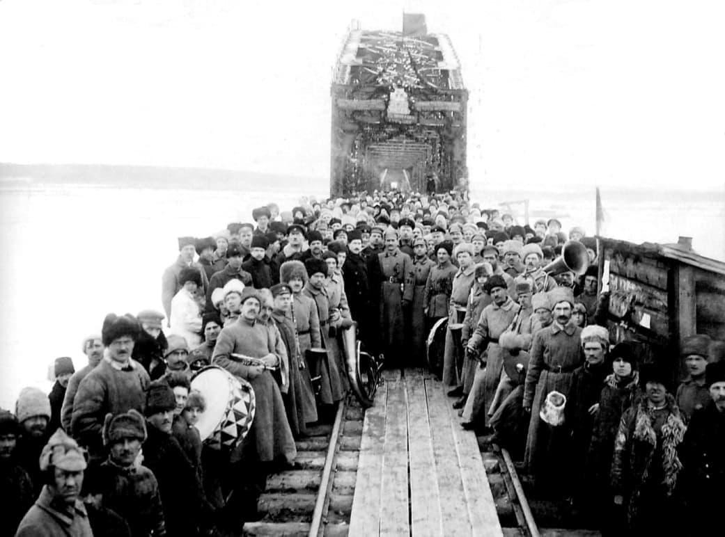 Митинг, посвященный открытию движения по мосту через реку Каму. 1920г. Удмуртия.