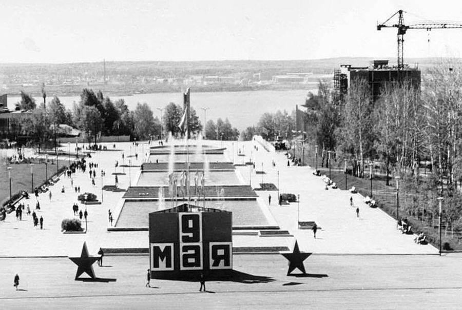 9 мая, праздничное оформление,  Центральная площадь. Примерно 1975 г.
