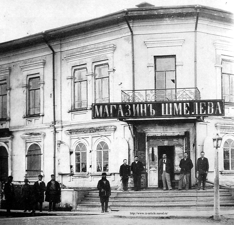 Двухэтажный особняк с парадным входом и балконом на углу улицы Кирова и пл. Свободы г. Глазов - купца второй гильдии П.И.Колота.