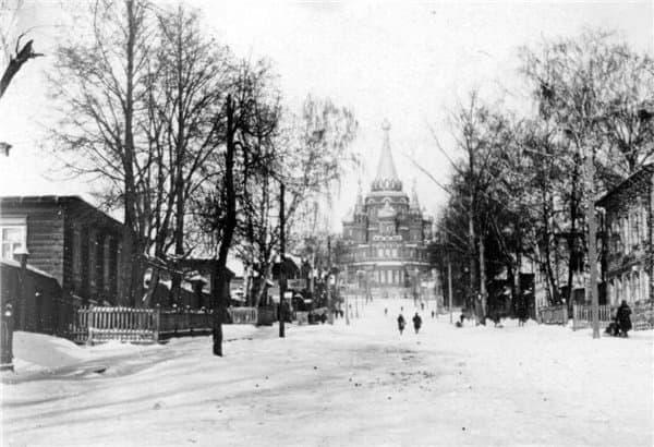 Улица Церковная. На заднем плане Михайловский собор. Ижевск.