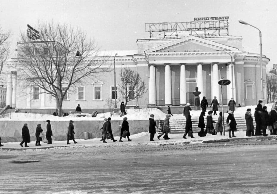 Кинотеатр Колосс. 1980-е г. Ижевск. Памятник Е. Кунгурцеву.