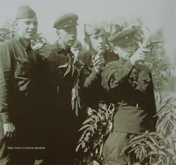 Калашников М.Т. в Киевском округе с друзьями курсантами. 1939-1940 г.