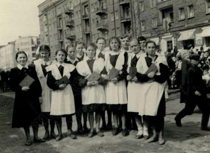 Ученицы 10 класса на первомайской демонстрации в 1954 году, вид в сторону здания МВД. Улица Советская, Ижевск.