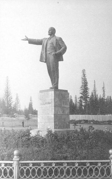"""Памятник В.И. Ленину в Сарапуле 1960 год. Фотокаталог ГКУ """"ЦДНИ УР""""."""