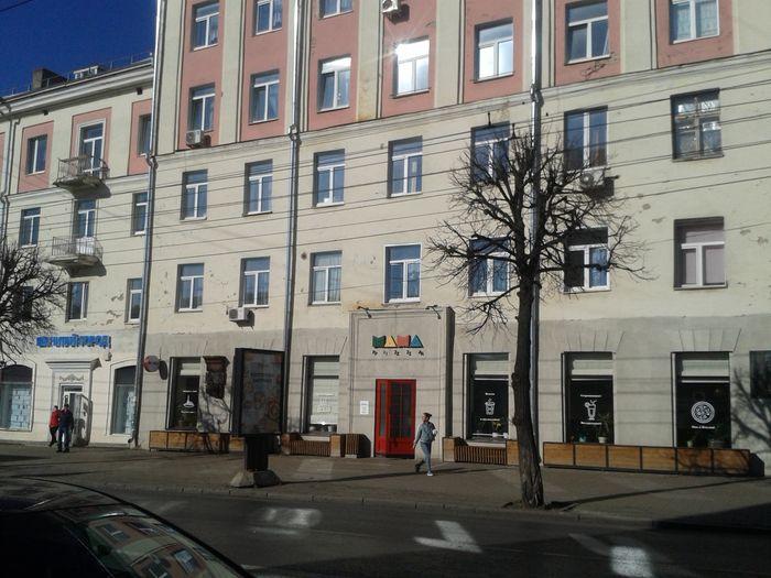 """Семейное кафе """"MAMA Pizza"""" в доме №15 на улице Советская, а в советское время тут находилось знаменитое кафе мороженное """"Пингвин"""". В нем давали мороженное и молочные коктейли. Фото 2020 год. ДВА."""