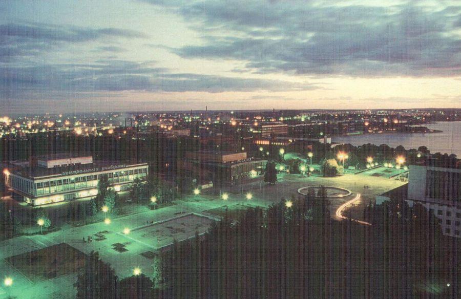 Центральная площадь, Центральный универмаг, кинотеатр Россия. Ижевск. Конец 1990 г.