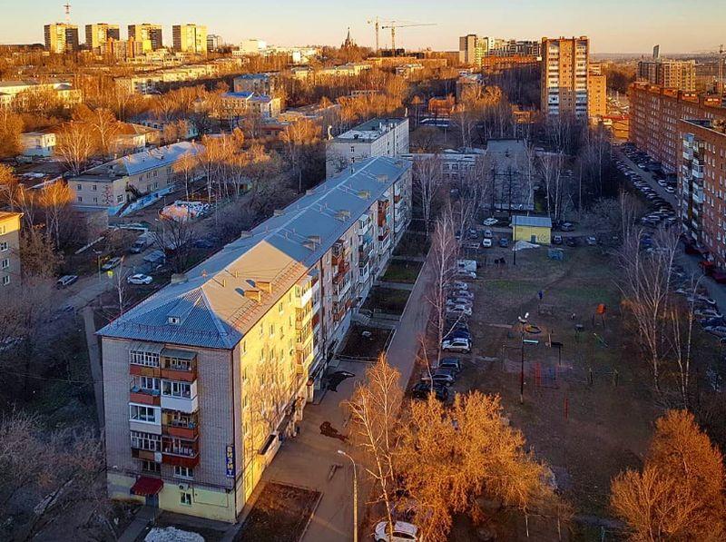 Справа дома Горького 162 и 164, в центре дом Горького 166 и общеобразовательная школа 11. Ижевск 2015 год.
