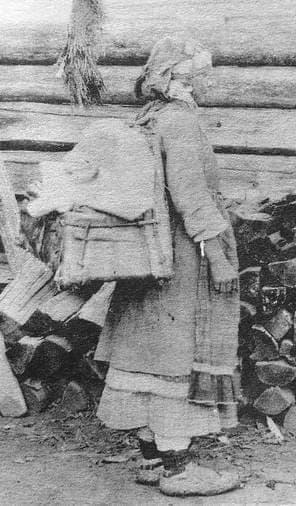 Женщина с заплечной люлькой мушко. Глазовский район. Начало XX века. Фото удмуртов.