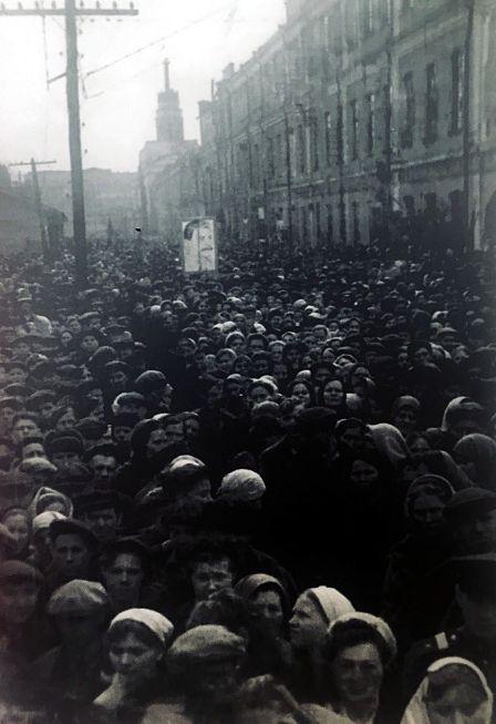 Митинг на Ижевском машиностроительном заводе №74 в честь Дня Победы. Фото: 9 мая 1945 года. Ижевск. Ижмаш.