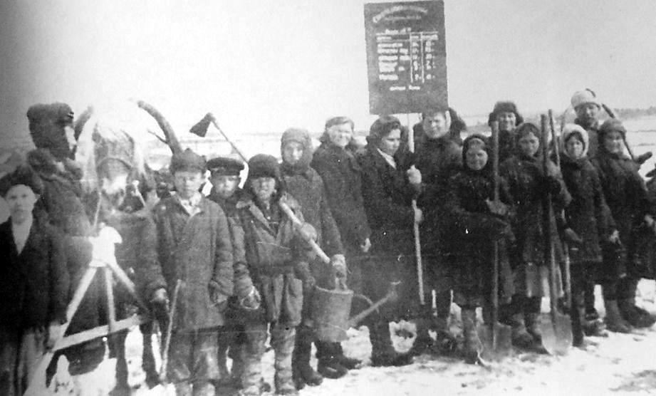 Рабочие совхоза перед выходом в поле. Период ВОВ. Удмуртия.