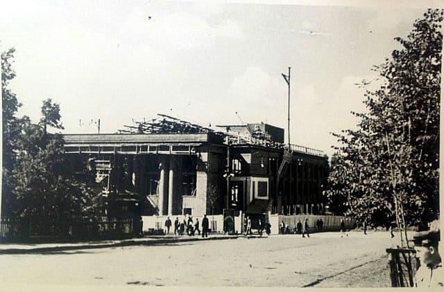 Перестройка бывшего Клуба Октябрьской Революции (КОР) в Дворец культуры Ижмаш, производилась в 1948-1950 гг. по плану архитектора В. П. Орлова. Фото: 1949 г., ЦГА УР