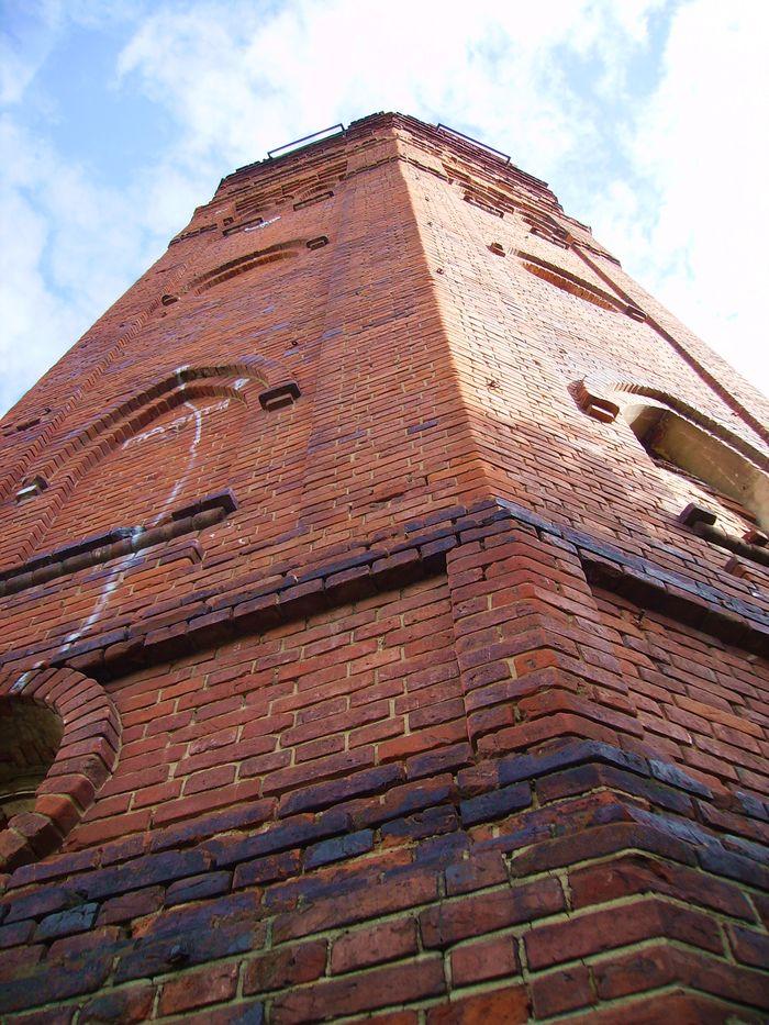 Водонапорная башня  1915 года - архитектурный памятник регионального значения. Фото 2016. ДВА.
