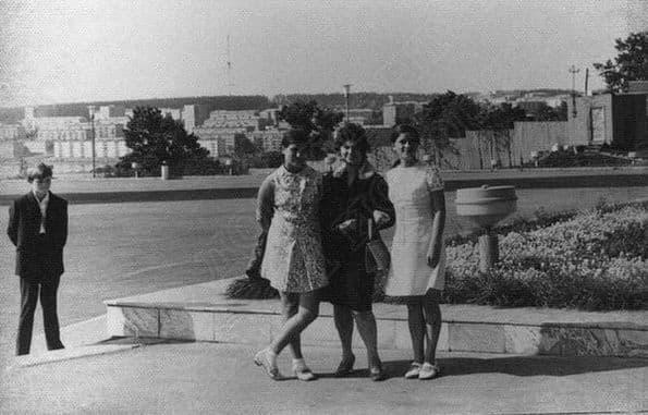 Люди на центральной эспланаде. Металлург. Начало 1970-х Фото: Л.В.Глушковой. ЦГА УР. Ижевск.