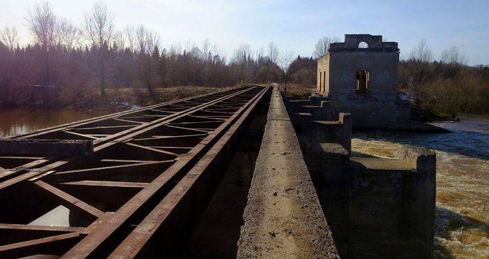 ГЭС на Чепце (Кезский район). Уникальный для Удмуртии индустриальный памятник. Построена в 1957 году, к 40-летию революции.