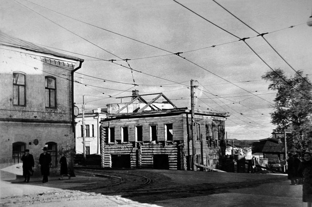 Перекресток Ленина(Труда) - Карла Маркса Ижевск. Дом Бодалева. Еще с часами.