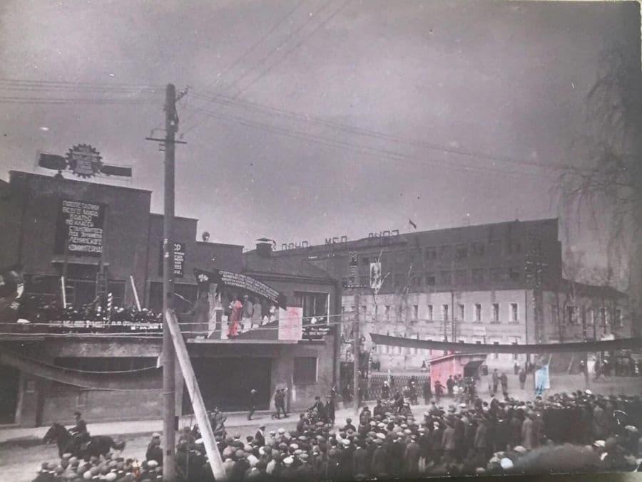 Демонстрация на площади имени Пастухова. КОР, Здание дома Правительства УАССР. Фото: 1933 год. Ижевск.