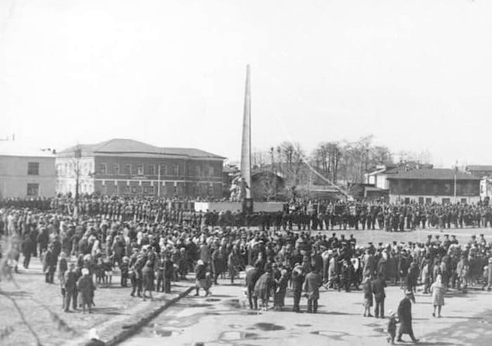 Открытие памятника землякам, погибшим в годы Великой Отечественной Войны 1941-1945 годов на площади Павших борцов за революцию в Воткинске в 1970 году.