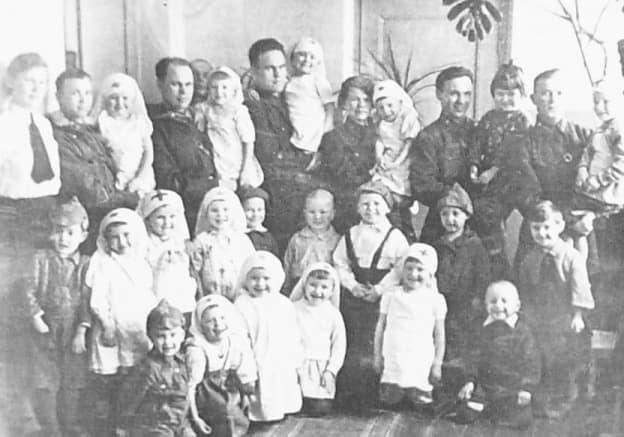 Дети средней группы детского сада №26 с ранеными в эвакуационном госпитале, размещённом в школе №28 г.Ижевска. 1943г.