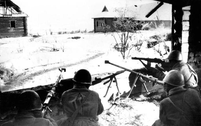 Появившись на фронте осенью 1941 года, годом спустя ПТРД стали для немцев настоящей головной болью.