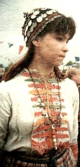 Девушка в головном уборе такья. Дер.Филимоново, Юкаменский район. 1996 г. Удмуртская народная одежда.