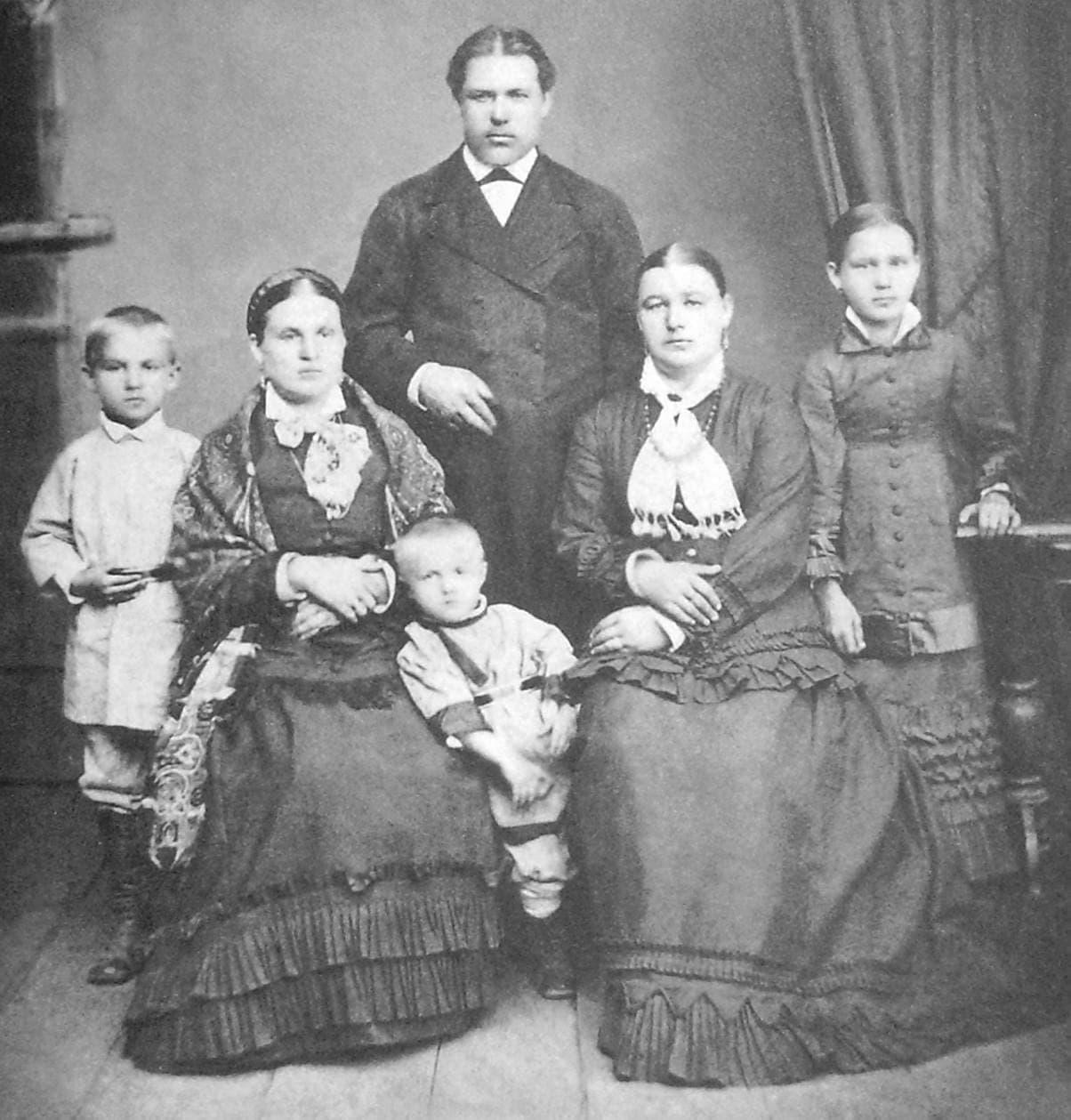 Семья Оглоблина Георгия Яковлевича. Слева направо: сын Николай, жена Александра Алексеевна, сын Василий, сестра Степанида Яковлевна, дочь Евдокия.