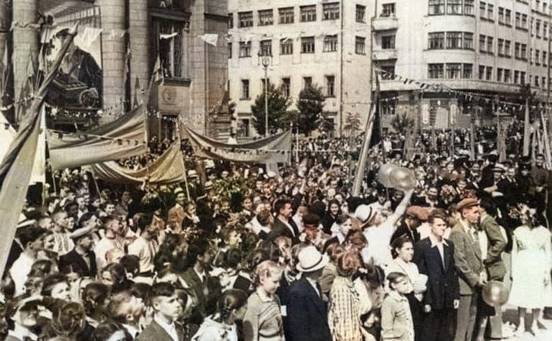 Митинг на площади И.Д. Пастухова в Ижевске. 14 июня 1957 года Ижевск. Республиканский фестиваль молодежи и студентов. История фото старый Ижевск.