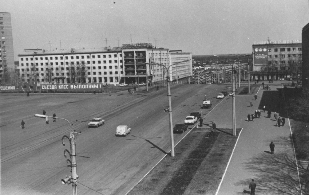 Ижевск. Вид на улицу Пушкинскую и Центральную площадь. Гостиница Центральная. 1976 год.