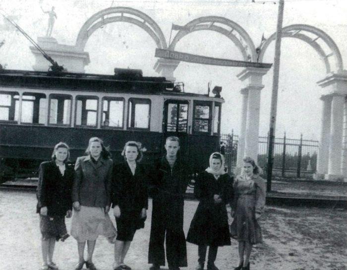Разворотное трамвайное кольцо у парка Кирова, первая половина 1950-х годов. Арки над входом в парк имени Кирова. Ижевск.