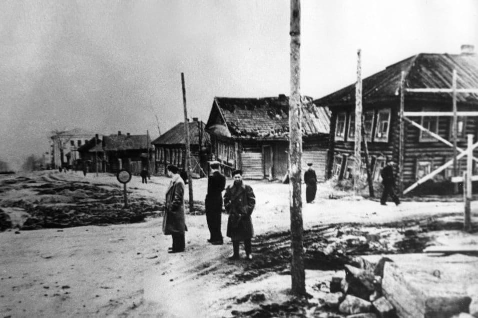 Пересечение улицы Пушкинская с Красногеройской. За деревянными домами расположен стадион Динамо. Ижевск.