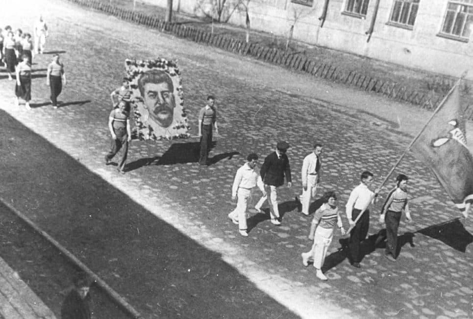 Первомайская демонстрация на ул. Советской Ижевск. 1930-е
