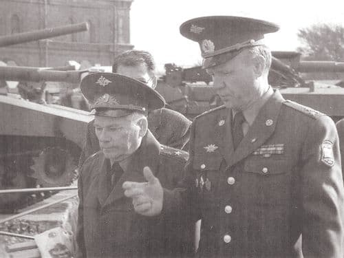 Генерал-майор М.Т.Калашников с начальником музея полковником В.М.Крыловым ВИМАИВиВС. 1999 г.