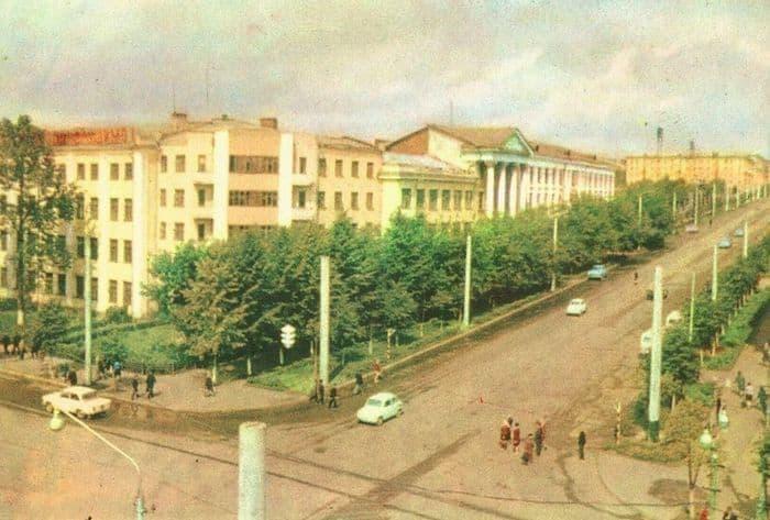 Перекресток улиц Пушкинская и Советская. Вид на здание МВД, 1968-69 г. Ижевск.