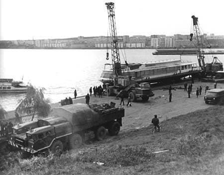 Спуск на воду Ижевского пруда теплохода Москва-117. 1982 год. Фотограф Ф.А. Жемелев.