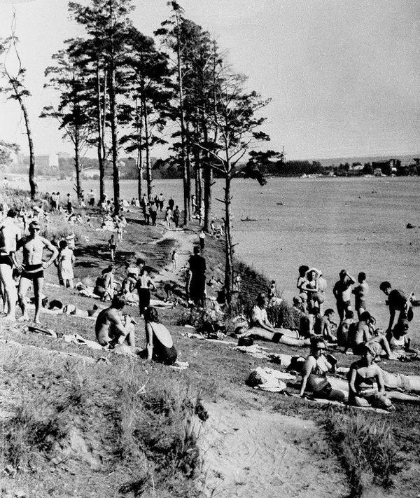 Отдых горожан рядом с пристанью у парка Кирова. 1960-70-е годы. Ижевск.