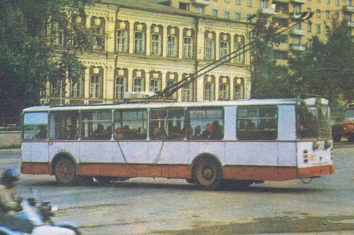 Дом ул. М. Горького 220. Ижевск. Фото троллейбуса.