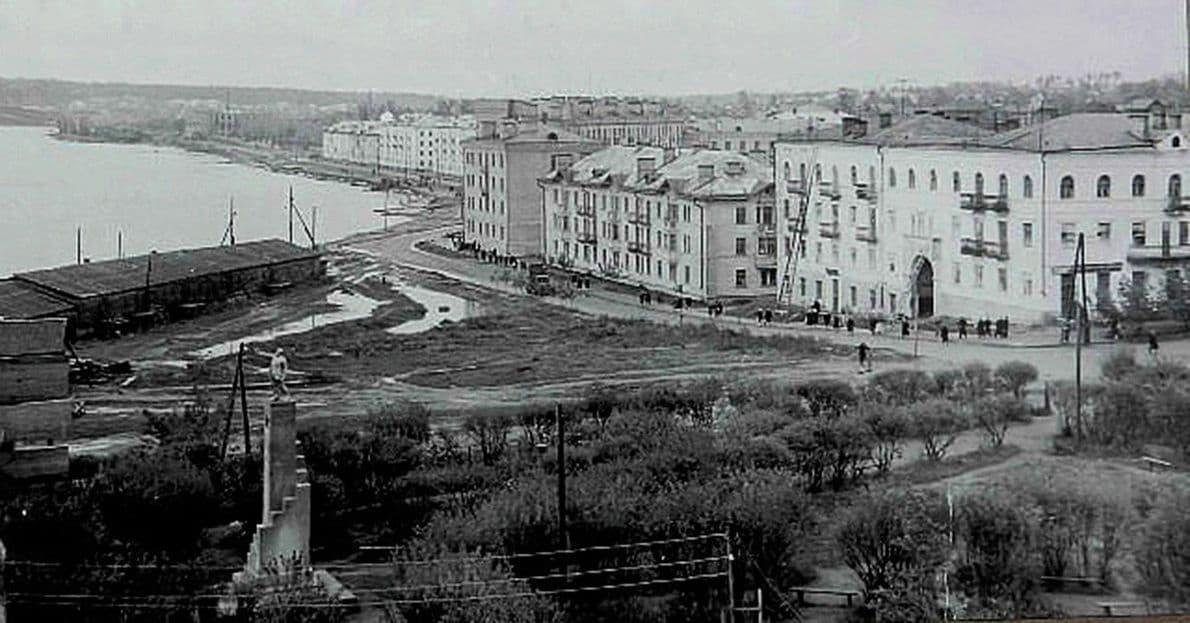 Сквер у памятника Ленину в Воткинске.
